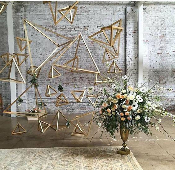 Decoración industrial con pirámides de madera y flores