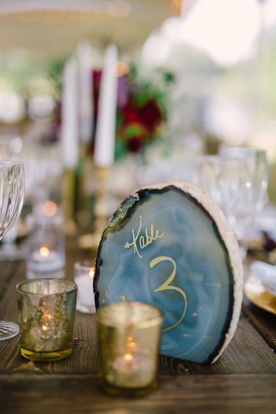 mesa rústica con vajilla diversa combinada.